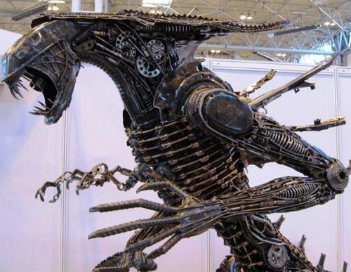 Скульптура чужого из мотоциклов Yamaha
