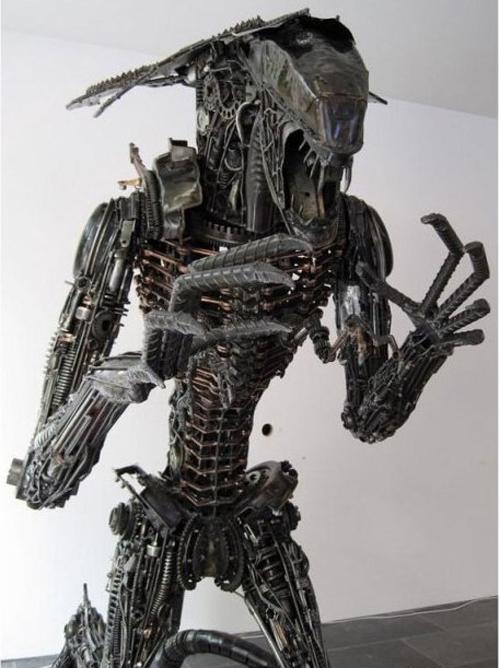 Статуя из металлолома мотоциклов фирмы Yamaha